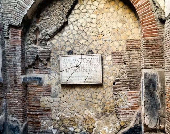 inscripcion en la casa de los augustales en herculano