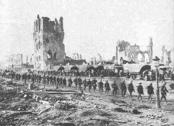 Qué ver en Ypres soldados desfilando
