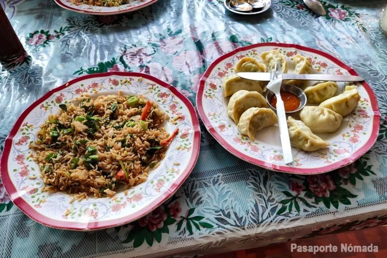 platos tipicos nepalies arroz frito y momos
