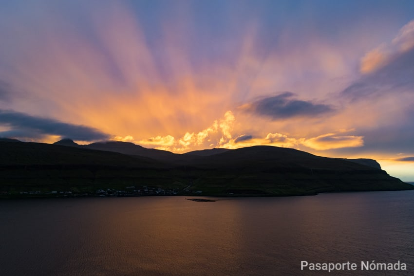 atardecer junto al fiordo de sundini en las islas feroe