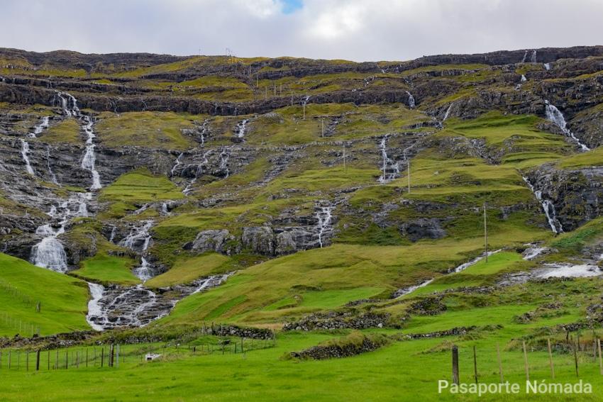 cascadas en la aldea de tjornuvil en la isla de streymoy