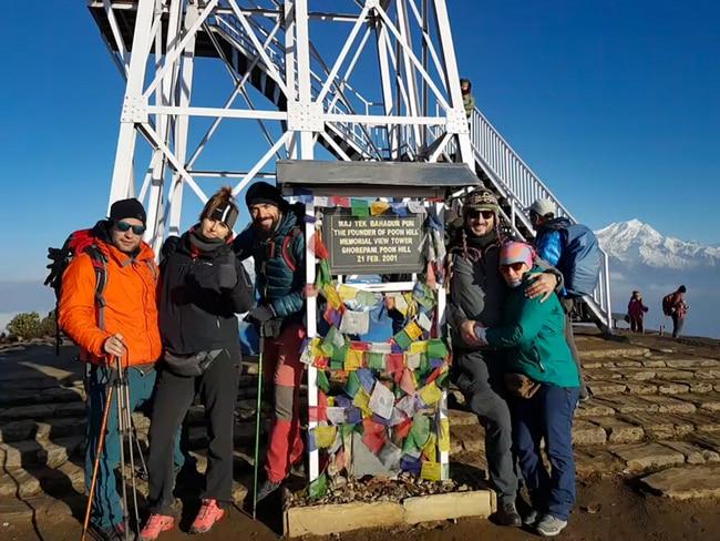 treking ghorepani-poon hill monolito en la cima