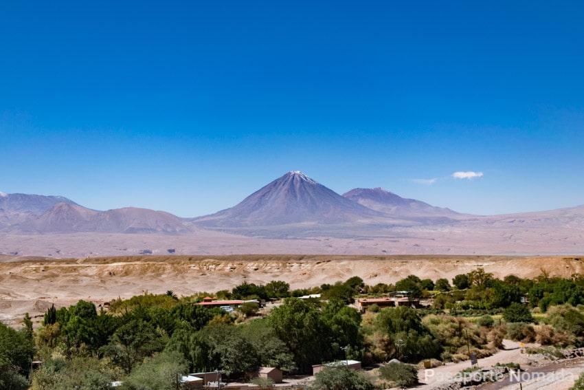 volcan licancabur en el desierto de atacama desde pukara de quitor