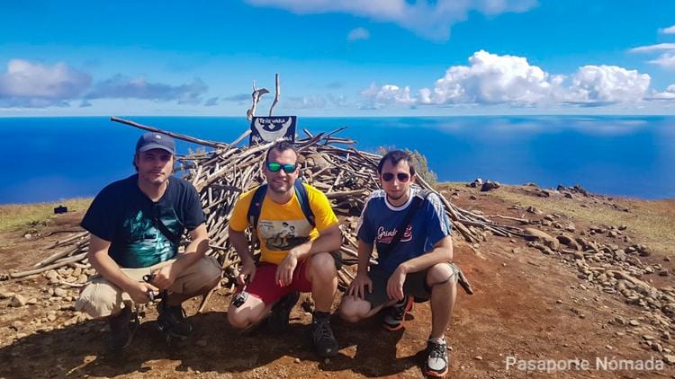 monolito en la cima del volcan terevaka
