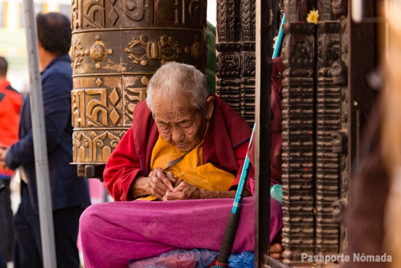 budistas en el barrio tibetano de kathmandu
