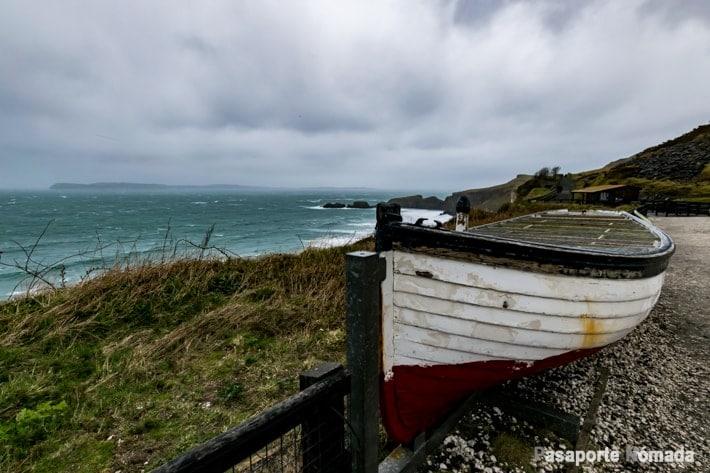 barca en el camino que conduce al puente carrick-a-rede rope
