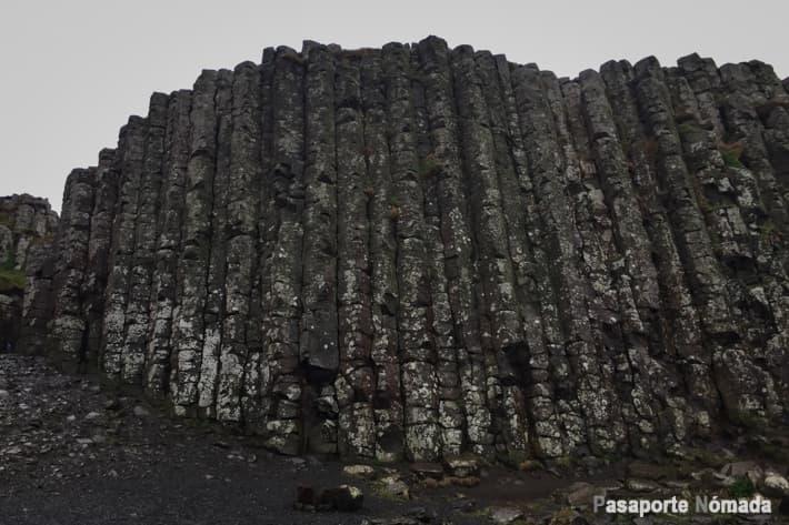 acantilado de columnas de basalto en la calzada del gigante