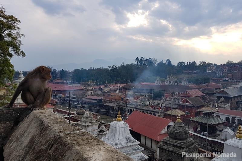 cremaciones en el rio bagmati kathmandu