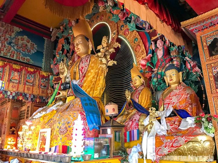 altar del monasterio de kopan en kathmandu