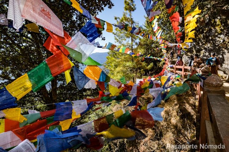 banderas de oracion junto al nido del tigre en butan