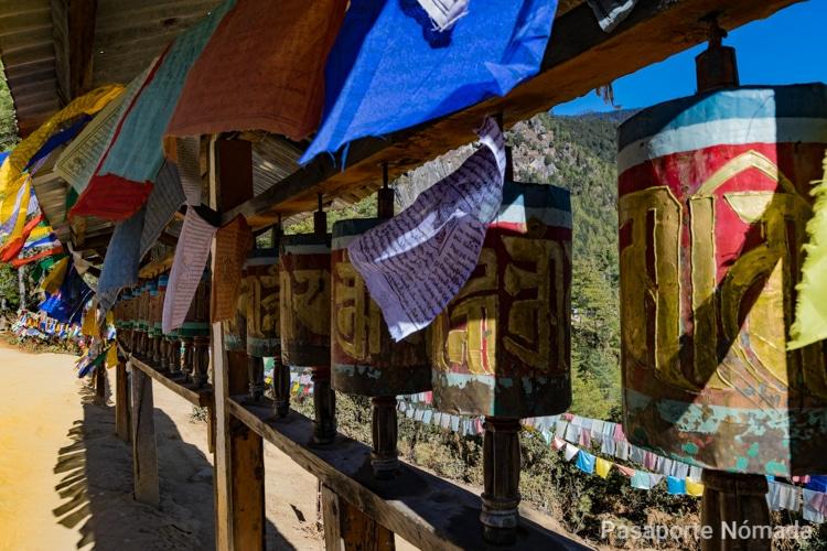molinos de oracion y banderas de plegaria en butan