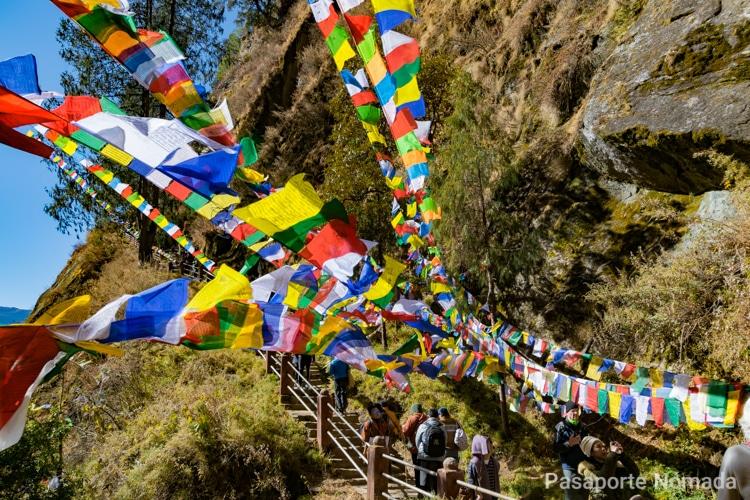 banderas de oracion cerca del nido del tigre en butan