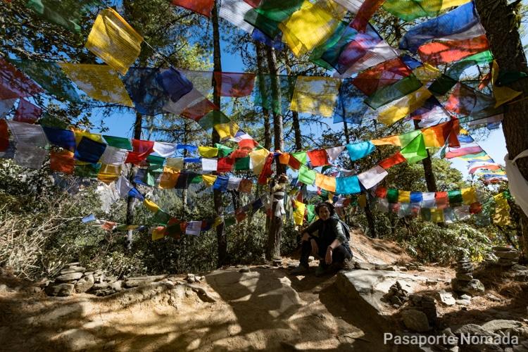 banderas de plegaria en el trayecto al nido del tigre
