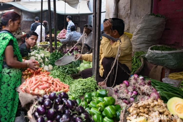 bazar de frutas en la ciudad de agra