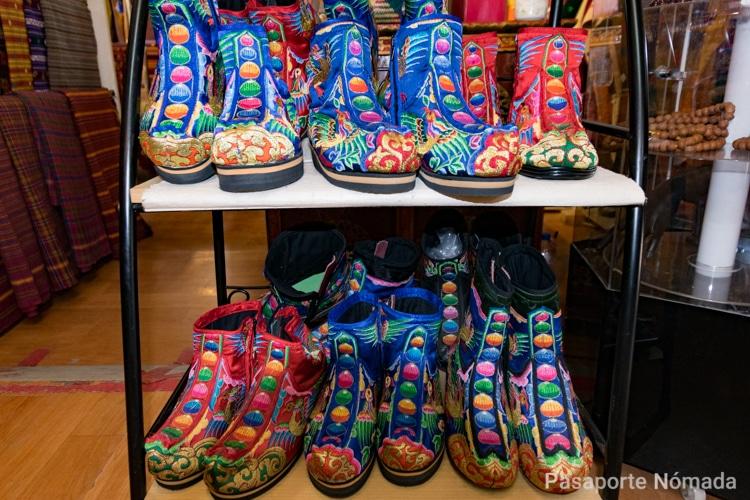 botas tradicionales butanesas en el museo textil de butan