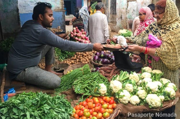 mercado de frutas y verduras en la ciudad de agra