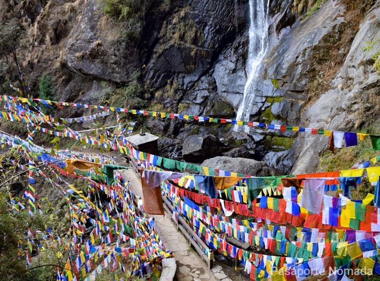 cascada cerca de nido del tigre en butanl