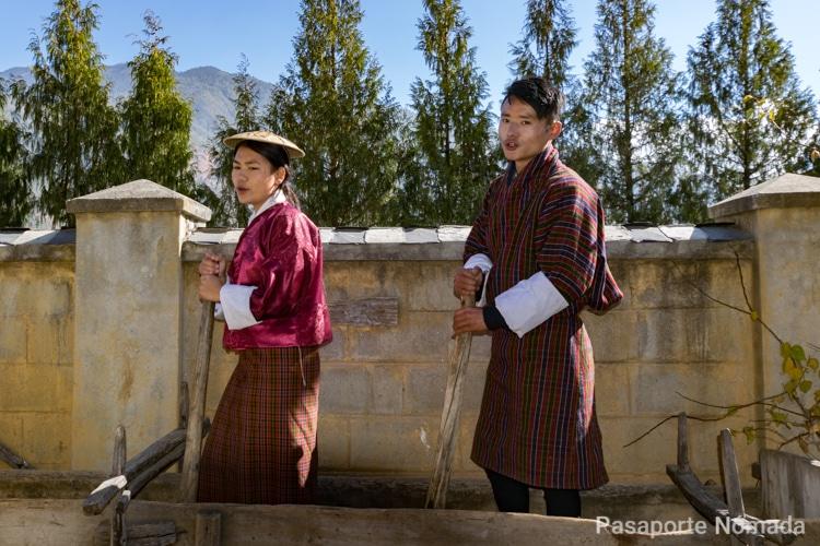 niños butaneses en danza tradicional