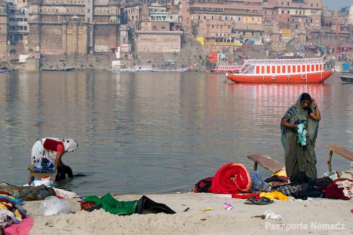 mujeres lavando ropa en el rio ganges varanasi