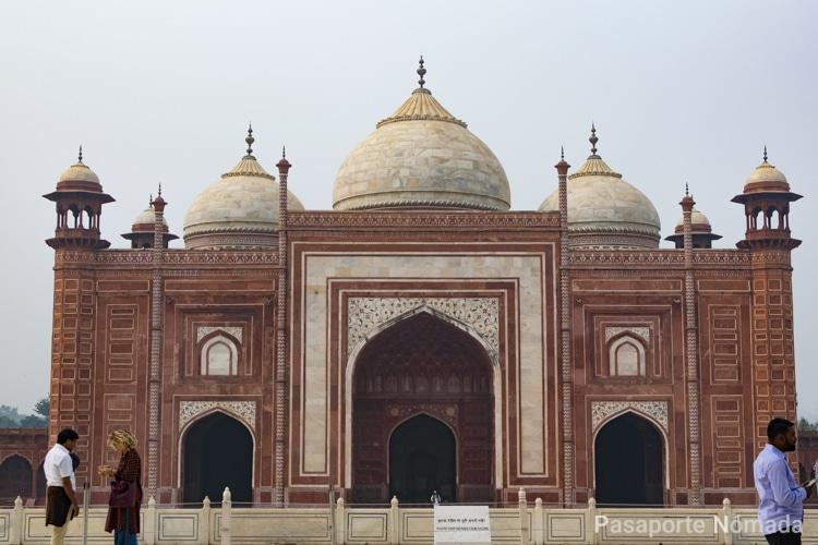 vistas de la mezquita oeste del taj mahal en agra