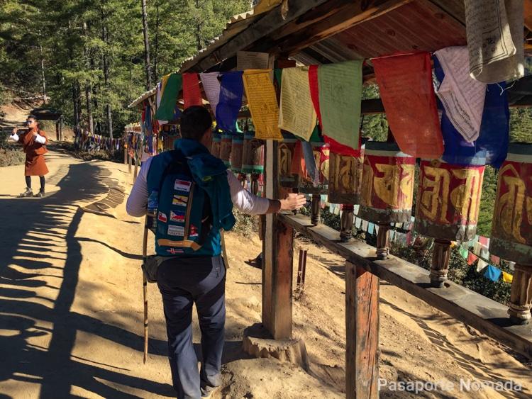 molinos de oracion en el trekking al nido del tigre