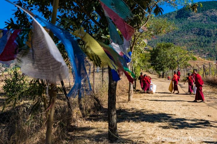 monjes budistas y baneras de oracion en butan