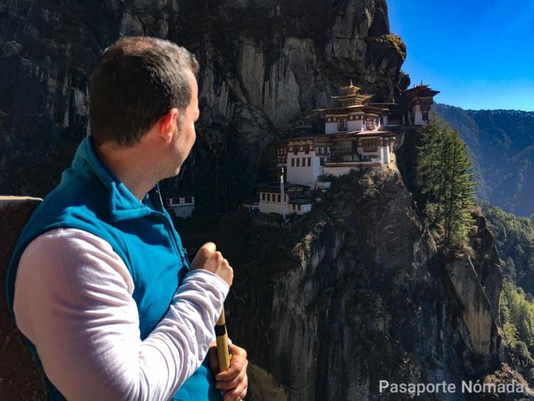 panoramica del monasterio nido del tigre