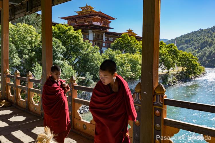 puente de madera de acceso a punakha dzong