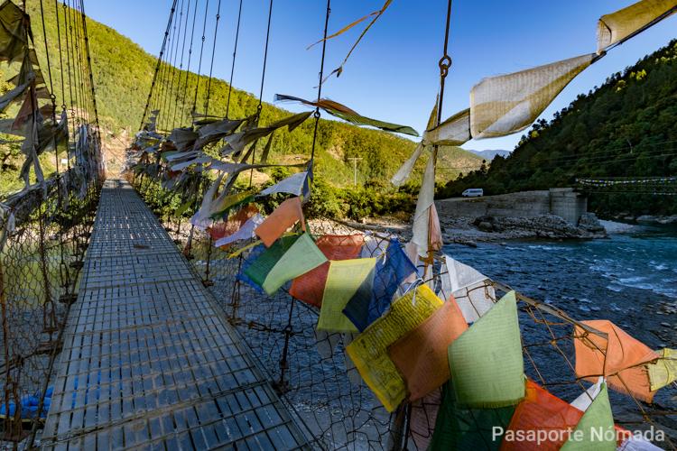 puente de cables de acero con banderas de oracion en butan