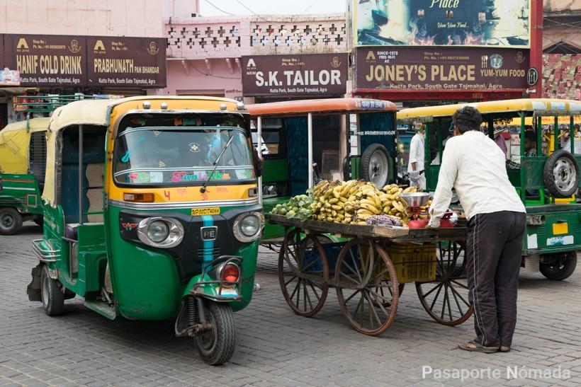 rickshaws en la ciudad de agra india