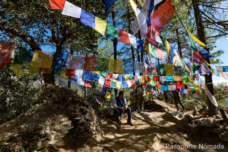 banderas de oracion en el trekking al nido del tigre