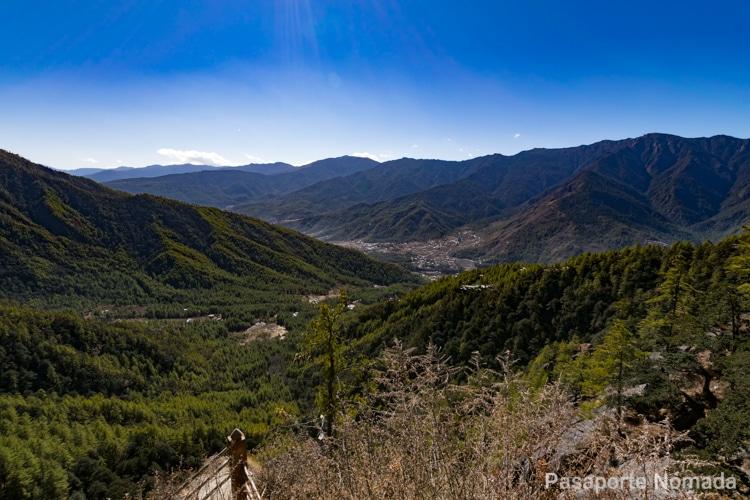 vistas hacia el valle de paro en butan
