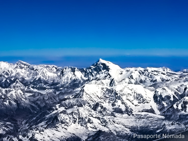 vistas hacia el monte everest en el vuelo hacia butan