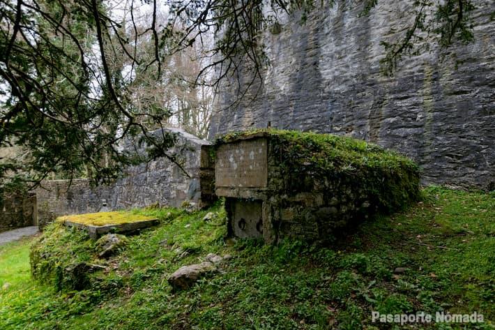 cementerio en la abadia de muckross en killarney