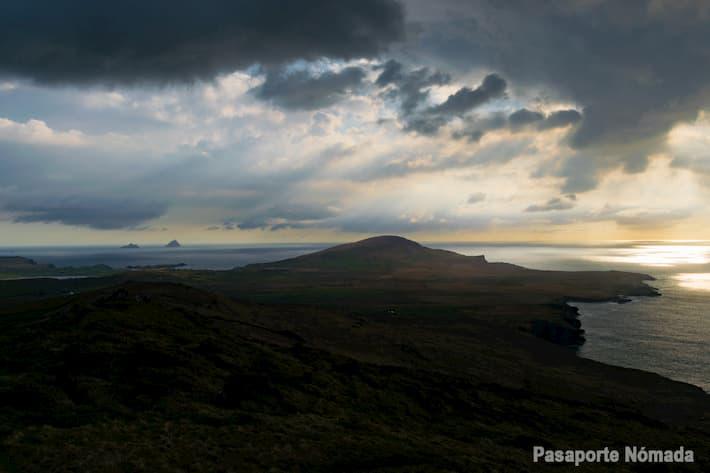 vistas hacia los islotes de skellig en geokaun isla de valentia