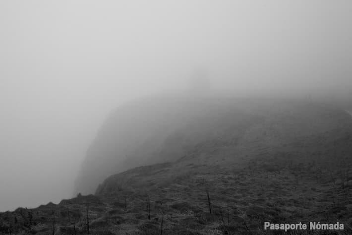 vistas ajo la niebla hacia la torre obrien en los acantilados de moher