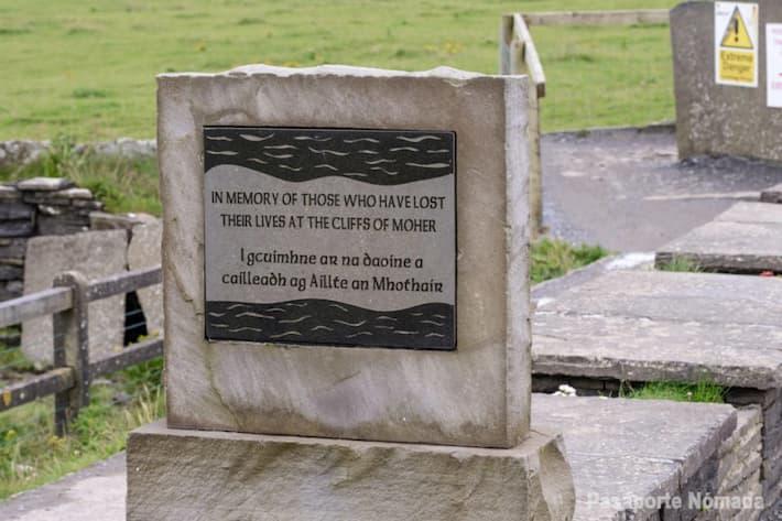 monolito conmemorativo por fallecidos en los acantilados de moher