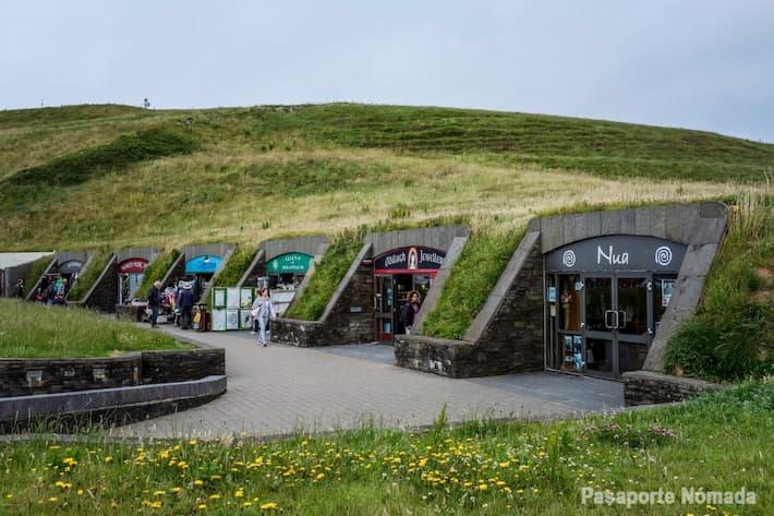 tiendas de souvenir y centro de visitantes de los acantilados d emoher
