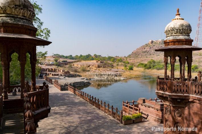 vistas hacia el lago desde el acceso a jaswant thada