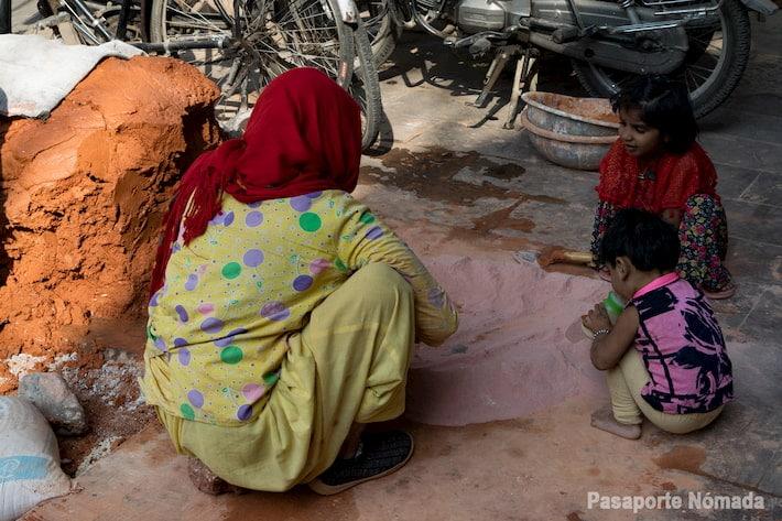 niños preparando arcilla en la ciudad rosa de jaipur
