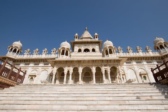 fachada principal de jaswant thada