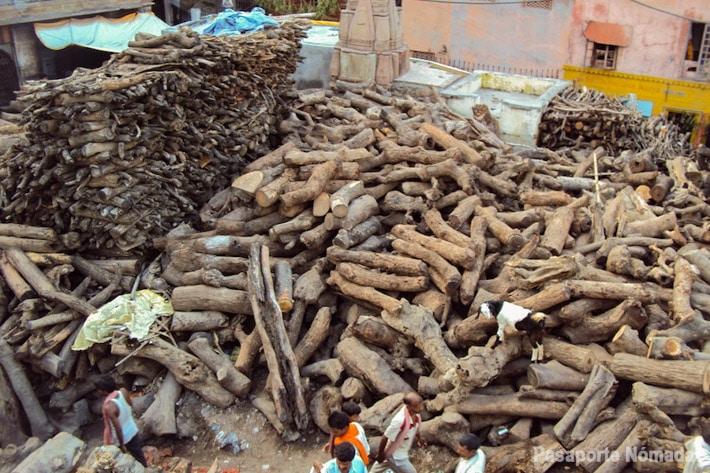 madera de sandalo almacenada para las cremaciones en benares