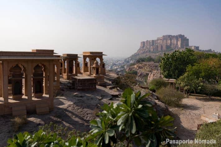 viaje por el norte de india vistas hacia el fuerte mehrangarth desde el mausoleo jaswant thada en jodhpur