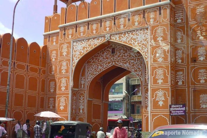 pueta a la ciudad rosa y murallas de jaipur