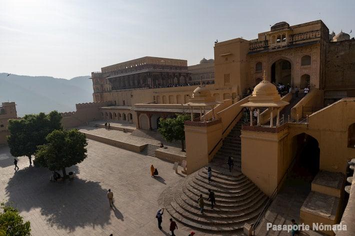 patio de armas en el fuerte de amber que ver en jaipur