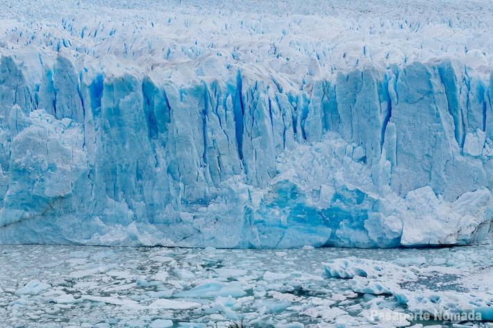 vista frontal del glaciar perito moreno y sus desprendimientos