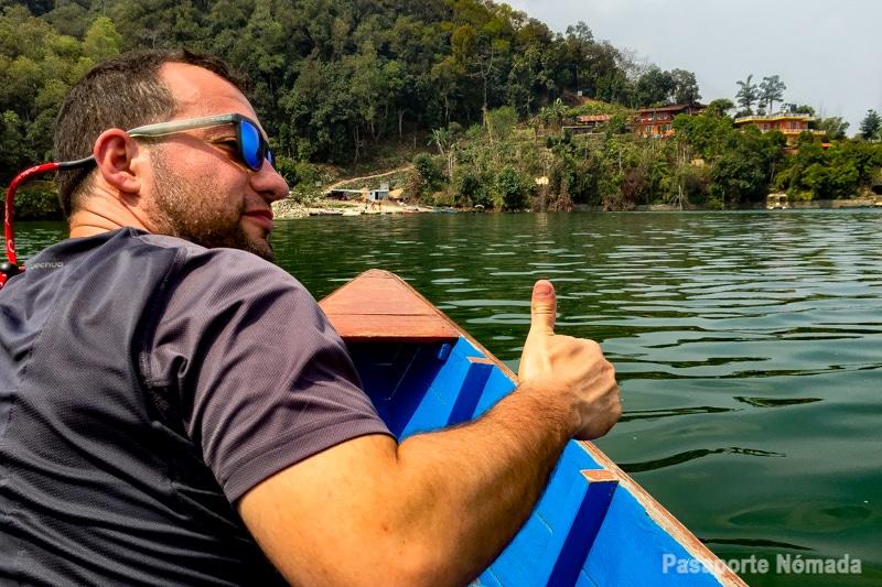 navega rpor el lago phewa en pokhara