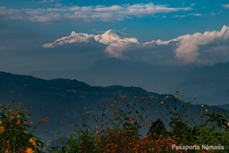 panoramica hacia himalaya desde la pagoda d ela paz mundial en pokhara