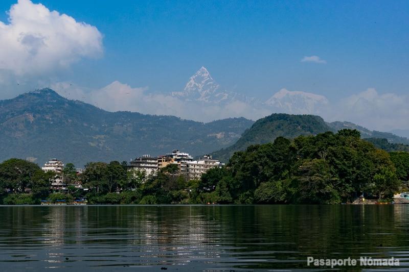 vistas hacia la montaña del machapuchare desde phewa lake en pkhara