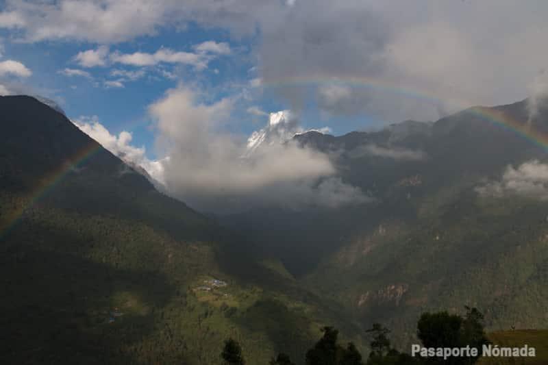 arco iris en el valle modi khola junto al machapuchare